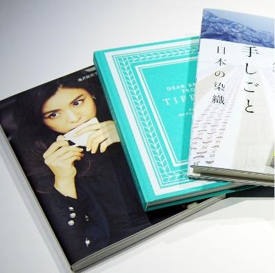 現現代的な女性らしい書体、あしらいなど使った女性ファッション誌・ブランドブックデザイン事例その2